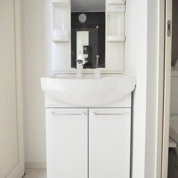 清潔感のある白い洗面台