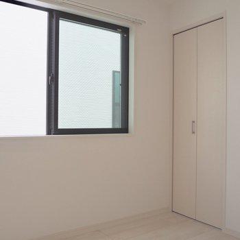 【洋室4.5帖】窓が長いので光も入りやすいですね