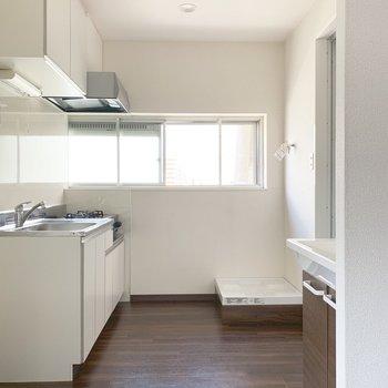 キッチン手前に冷蔵庫、右手奥に洗濯機がおけます※写真は通電前のものです