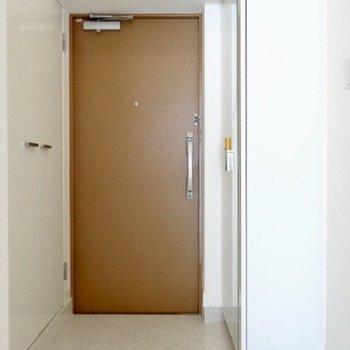 玄関は2重ロック!左右に収納があるんです。(※写真は3階の同間取り別部屋のものです)