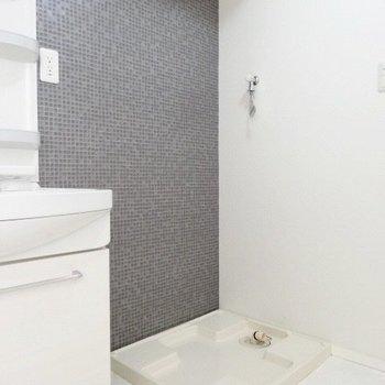 洗濯機もお隣に。壁のタイルが素敵!(※写真は3階の同間取り別部屋のものです)