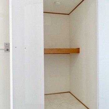 左はこんな棚!掃除機、アウトドアグッズとかかな?(※写真は3階の同間取り別部屋のものです)