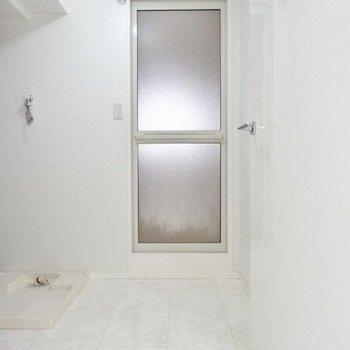 続いて脱衣所!上の収納棚が便利なの。(※写真は3階の同間取り別部屋のものです)