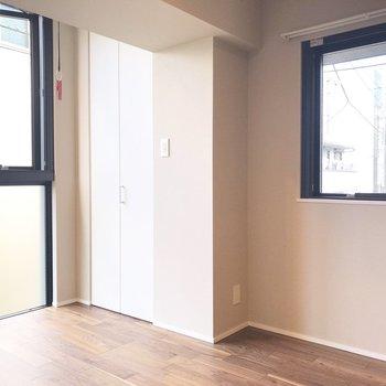 【洋室】スライドドアを閉めても、2面採光ありますよ〜。