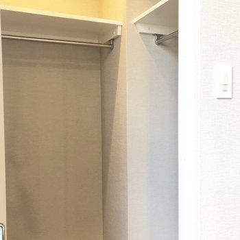 【洋室】ハンガーポールが2つ付いています!