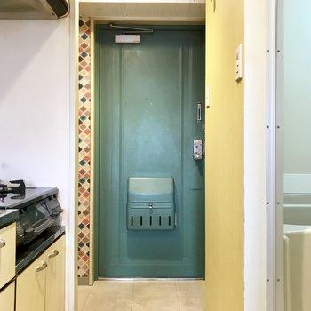 緑のドアが映える!