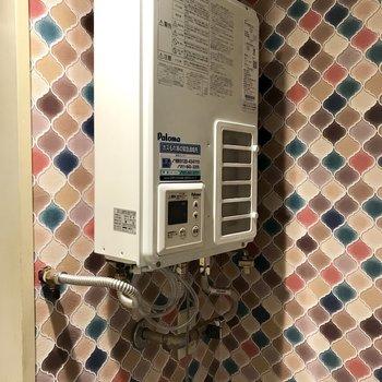 モロッカンぽい玄関の壁紙がキュート!玄関は洗濯機置き場かな?