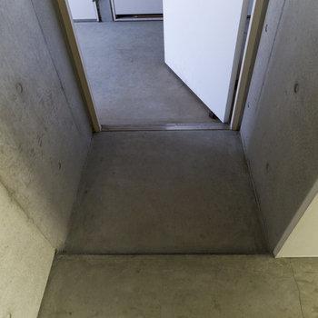【3F】玄関には靴箱がありません。ラックなどを置きましょう。