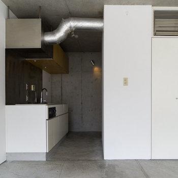 【3F】窓側からキッチン側。シンクの隣には食器棚が置けます。
