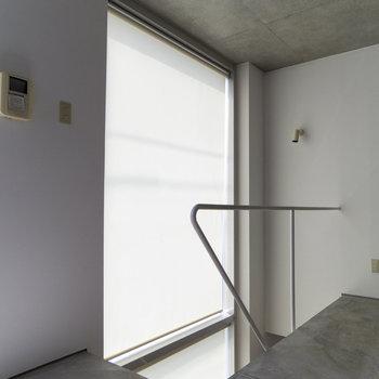【3F】3Fと2Fの大きな窓はロールスクリーンで隠せます。
