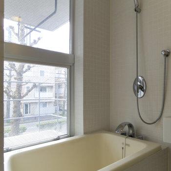【2F】お風呂場からも光や風を感じることができます。