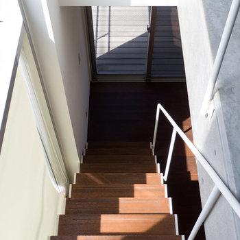 【3F】階段を下りると……