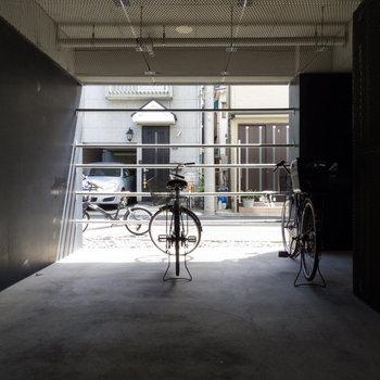 屋根付きの自転車置き場。