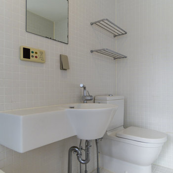 【2F】ホテルライクなトイレ&洗面台。