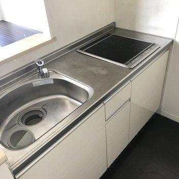 キッチンはIHでフラットに。お掃除も楽ちん。(※写真は4階の同間取り別部屋、清掃前のものです)