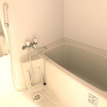 浴室は乾燥機付き。(※写真は4階の同間取り別部屋、清掃前のものです)