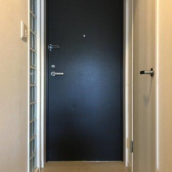 ガラスブロックがオシャレな玄関です。(※写真は4階の同間取り別部屋、清掃前のものです)
