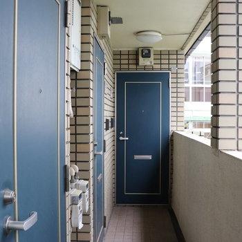 青いドアが素敵です