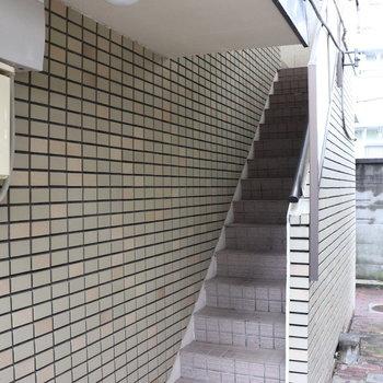 この階段を上がってお部屋に向かいます