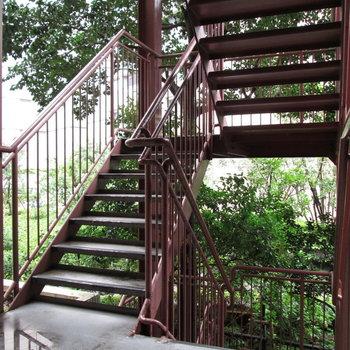 目の前に非常階段!