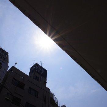 太陽と雑居ビル