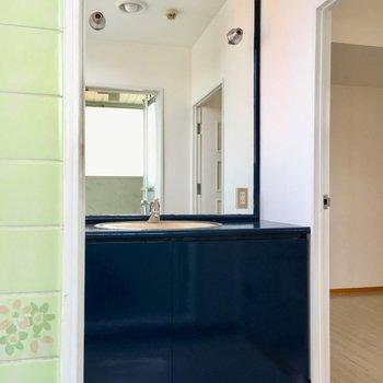 洗面台、鏡大きすぎません!?濃い目のブルーで、しっぽり大人な雰囲気。