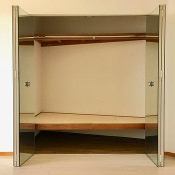 洋室にも収納があります!扉はまさかの姿見になっていますよ。