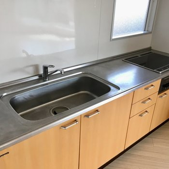 キッチンは3口IH。シンクも広々で使い勝手も良さそうだ。