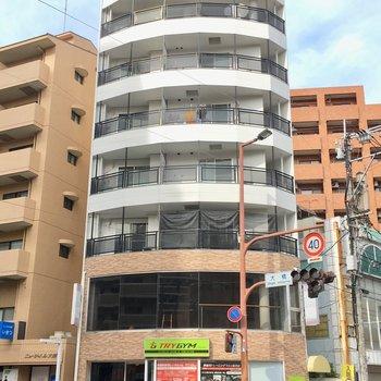 大通りに面している7階建て。1・2階はテナントが入っています。