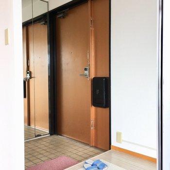玄関もこのゆったりさ。姿見は収納になっています。(※写真の小物は見本です)