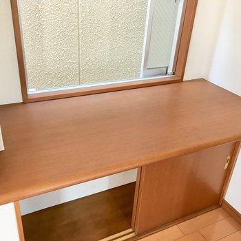 窓のある大きなテーブルに、炊飯器などの調理家電を並べてもいいですね。