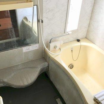 大きな窓付きのお風呂は小窓があって換気もできます。※クリーニング前の写真です
