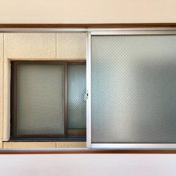 西側は、圧迫感がすごい。窓を開けるときはカーテンをしたままで。