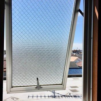 窓を開けるといい風が入ってくる。