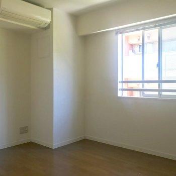 【洋室1】右側にもうひとつのお部屋※写真はクリーニング前のものです