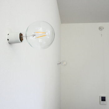 むき出しの裸電球。
