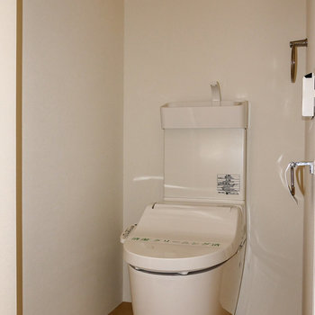 トイレは個室。※写真はフラッシュ撮影のものです