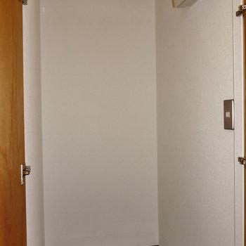 収納スペースも廊下に。※写真はフラッシュ撮影のものです