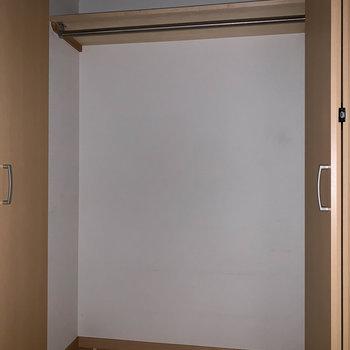 ワイドサイズのクローゼット※写真はクリーニング前のものです