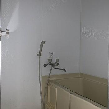 シンプルなお風呂です※写真はクリーニング前のものです