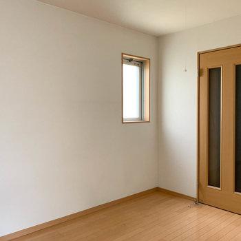 廊下ドア側にも小窓