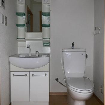 洗面台とトイレが同室※写真はクリーニング前のものです