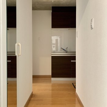 玄関を開けるとキッチンが奥に見えます※写真は通電前のものです