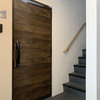 共用部分玄関の開閉時階段の人に注意です!