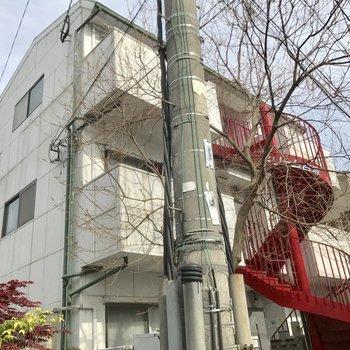 赤い螺旋階段が目印。
