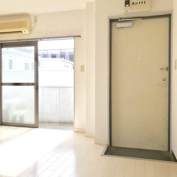 シューズボックスはありません。傘立ては玄関扉に磁石でくっつけるタイプのものを! (※写真は清掃前のものです)