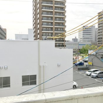 建物の隙間から吉塚駅が見えます。