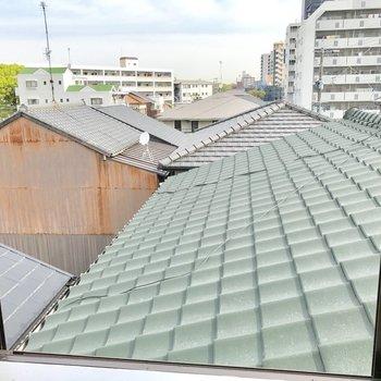 小窓からの眺めは瓦屋根。