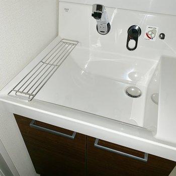 おや!洗面台のシンク内にもものが置けそうです※写真は通電前のものです。