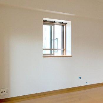 出窓には写真や多肉植物でも飾りましょ。(※写真は清掃前のものです)
